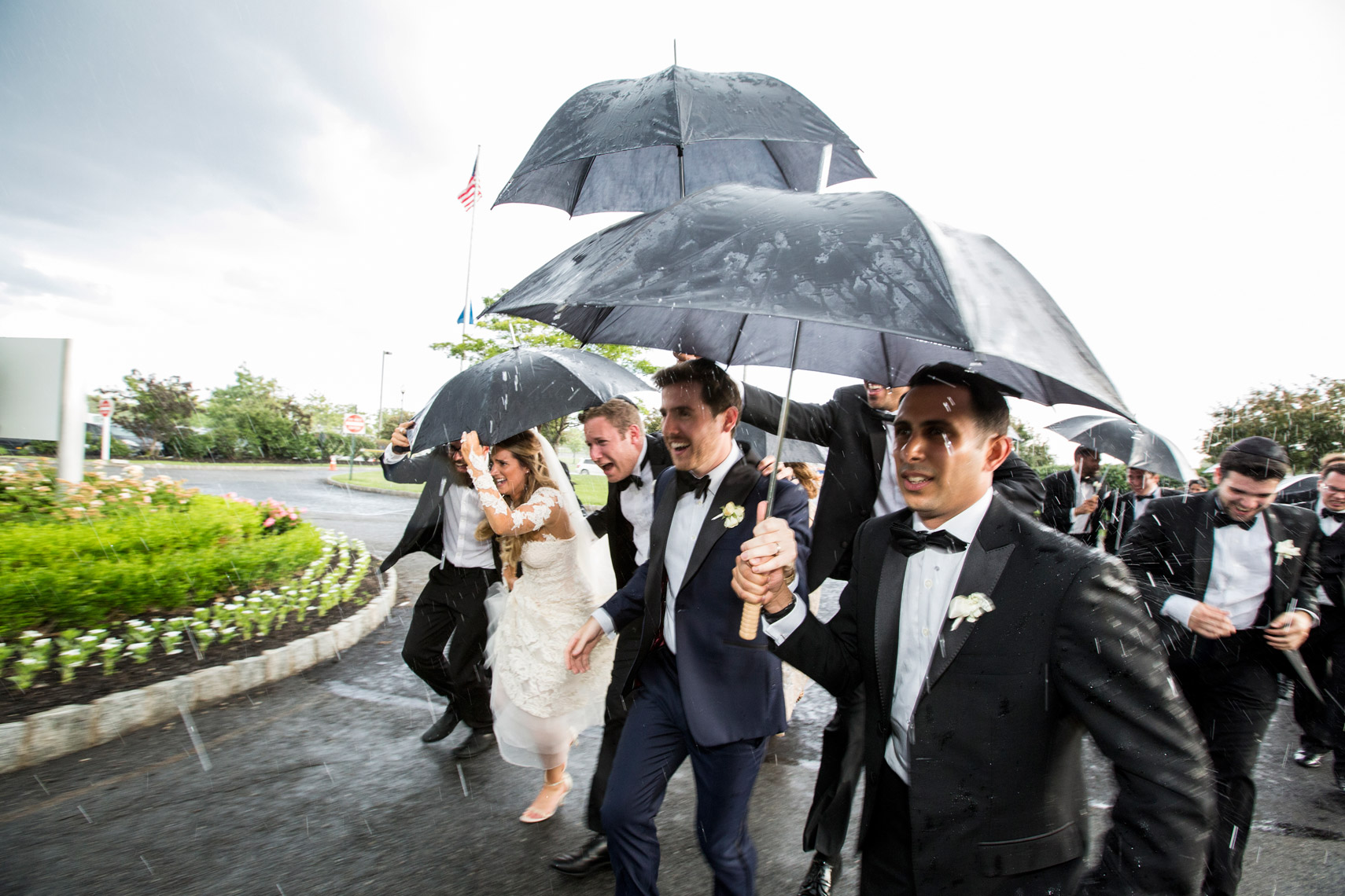 bride-groom-running-umbrellas-rain-wedding-Maritme-Parc-sarma-and-co